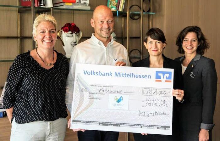 """""""Wir verfolgen mit Begeisterung das Engagement in der Region, das durch die Mitarbeiter des The Ritz - Carlton, Wolfsburg geleistet wird. Mit dieser Spende möchten wir dazu beitragen, dass gerade Projekte im Bereich der Kinder - und Jugendbildung weiterhin unterstützt werden."""""""